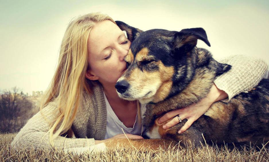 Donna che bacia il cane