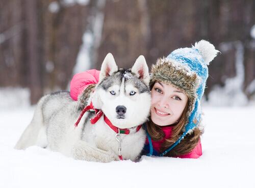 husky e donna protetti dal freddo