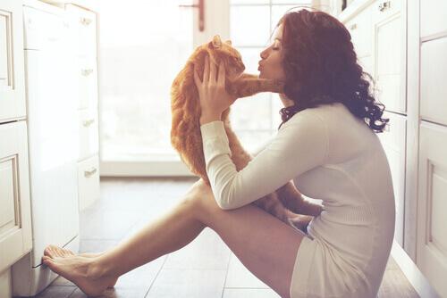 donna-che-coccola-il-gatto