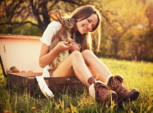 ragazza con coniglio come animale da compagnia
