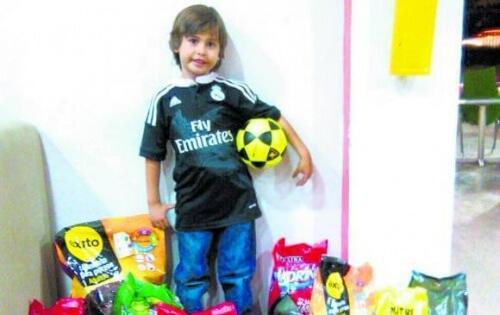 bambino-scambia-suoi-regali-compleanno-con-cibo-per-animali