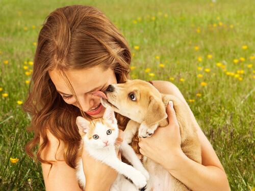 ragazza-con-cani-adottati