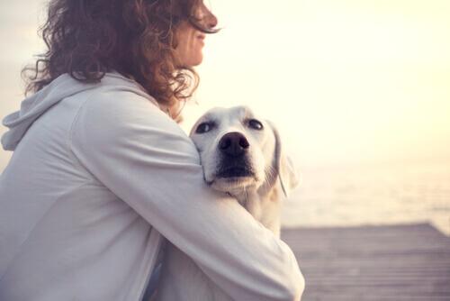 donna-abbraccia-cane