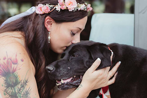ragazza abbraccia cane nero