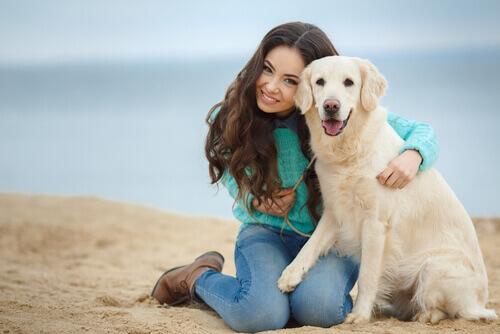 ragazza-e-cane-spiaggia