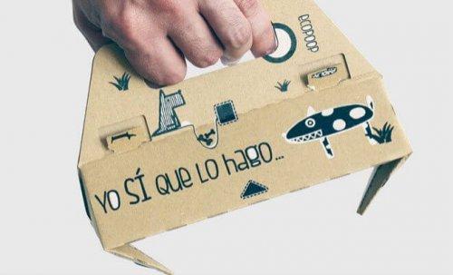 Azienda spagnola inventa paletta di cartone per raccogliere le feci del cane