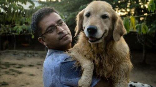 Ecco l'uomo che ha adottato 700 cani randagi