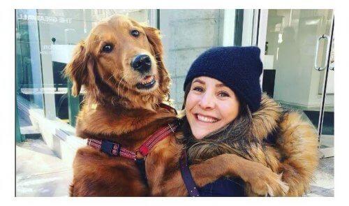 Cagnolina regala abbracci agli sconosciuti per strada
