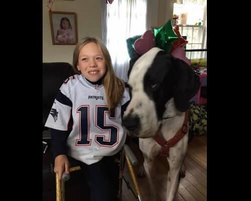 Bambina paralizzata torna a camminare grazie al suo cane