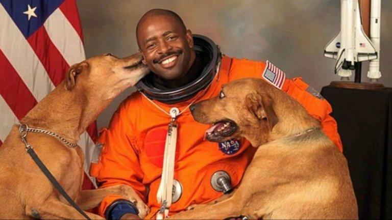 L'astronauta che scelse di posare con i suoi cani