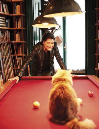 Joaquín Sabina gioca al biliardo con un gatto