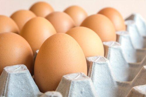 alcune uova di gallina nella confezione di cartone