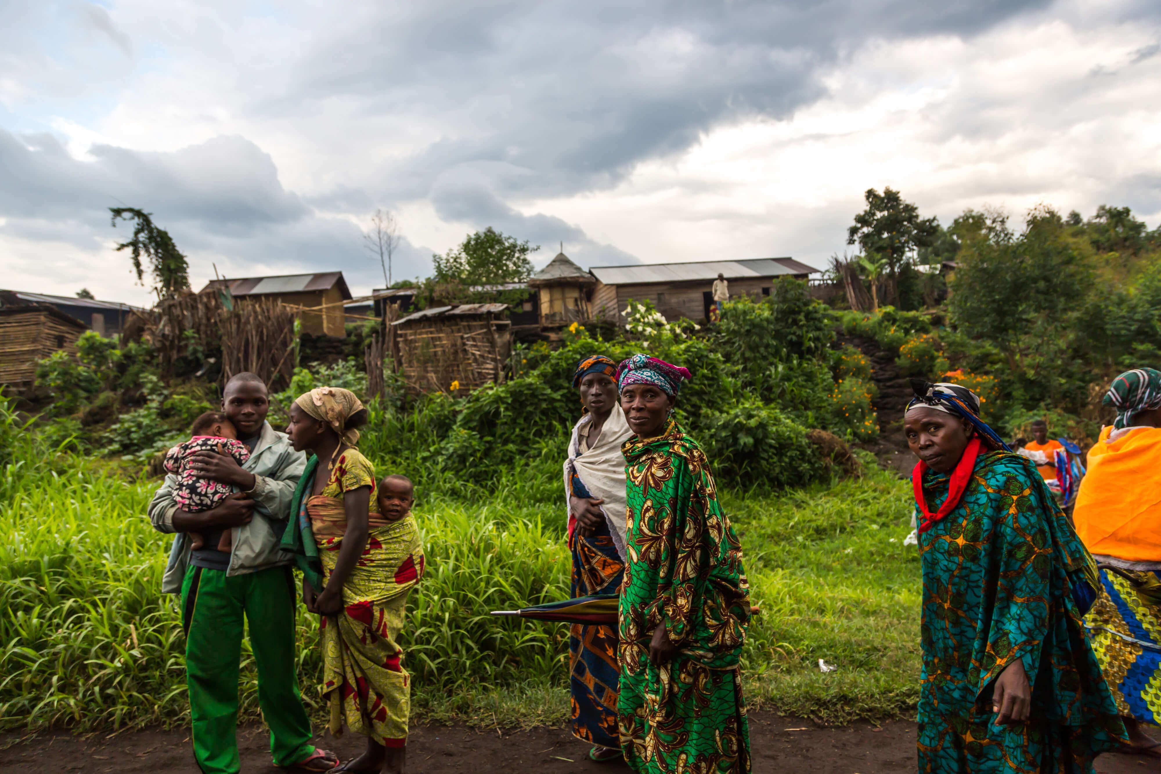 un gruppo di abitanti africani per strada