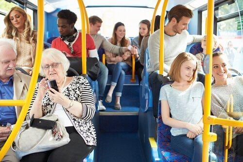 Persone su un autobus pubblico