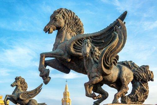 Tre statue di cavalli alati