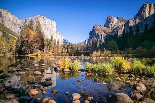 Paesaggio delle montagne americane con montagna e lago