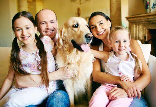 una famiglia sul divano con il cane