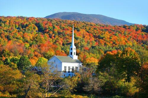 una piccola chiesa del New England immersa nella vegetazione