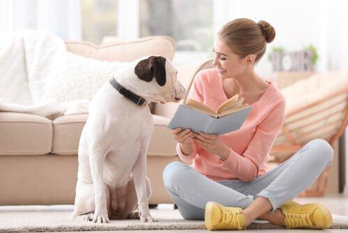 Ragazza mostra libro al proprio cane