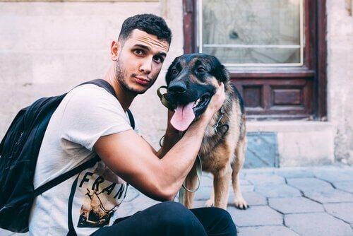 Ragazzo in posa con il cane