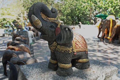 Elefantino di legno tra animali che portano fortuna