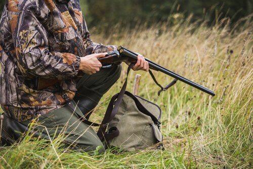 Bracconiere prepara il fucile prima di sparare