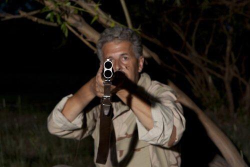 Un cacciatore con il fucile spianato