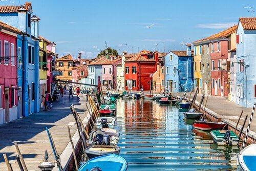 Canale di venezia con le barche a molo