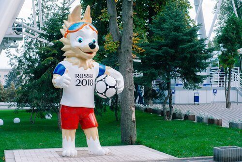 una statua di Zabivaka la mascotte di Russia 2018