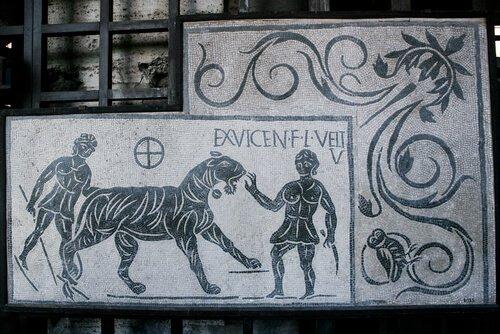 Una tigre con due romani su un antico mosaico