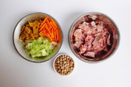 Verdure, carni e cereali della dieta Barf per gatti