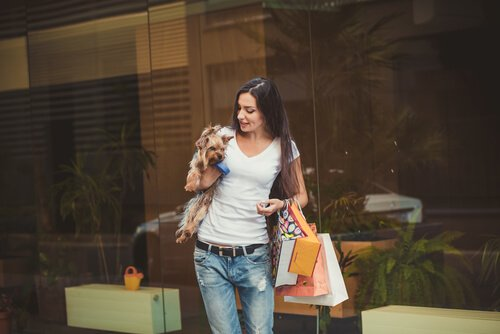 Ragazza decide di fare shopping con il cane