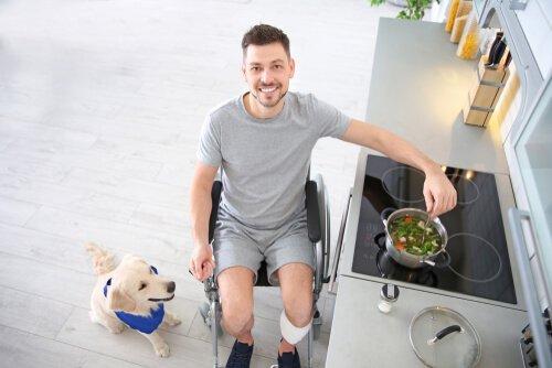 Uomo in cucina con cane