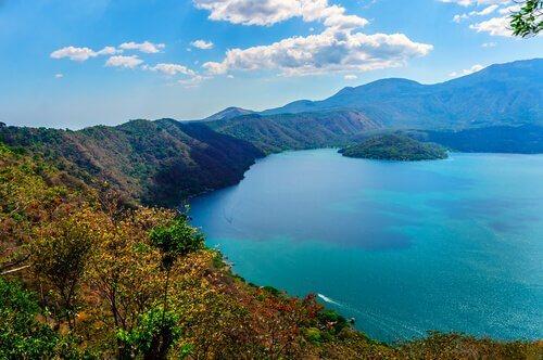 un lago del centro america dal colore turchese