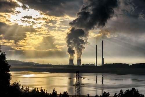 una fabbrica getta nell'aria tonnellate di gas