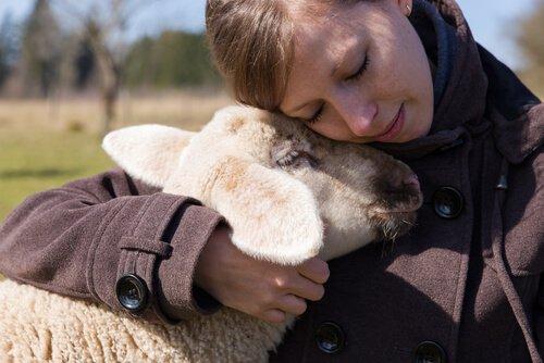 Donna che abbraccia un agnello