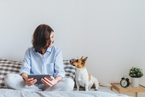 Cane con padrona sul letto