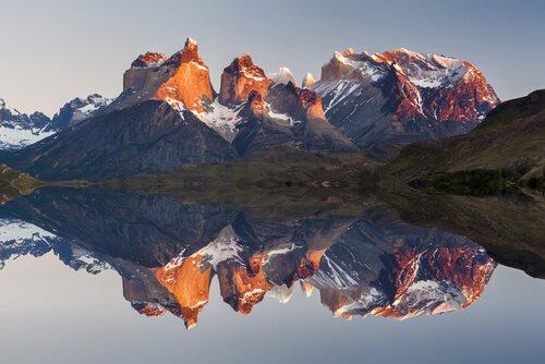 Lago con montagne