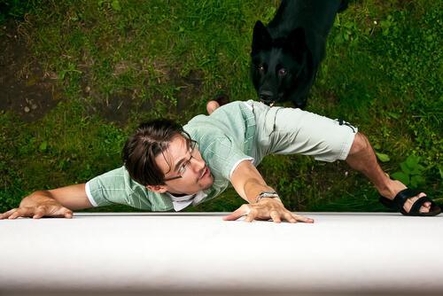 Uomo attaccato dal cane