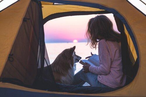 ragazza in campeggio con il cane