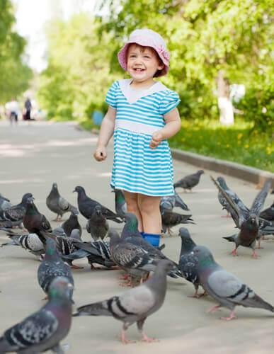 Bambina con colombe