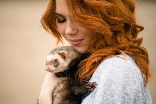 Donna con furetto in braccio