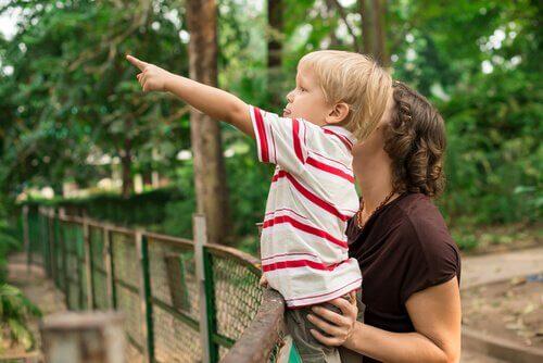 Madre e figlio allo zoo