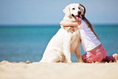 Abbraccio tra bimba e cane