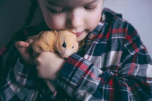 bambino con criceto