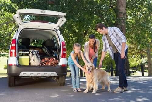Famiglia in gita con il cane