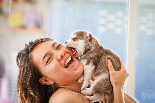 Donna che sorride con il cucciolo