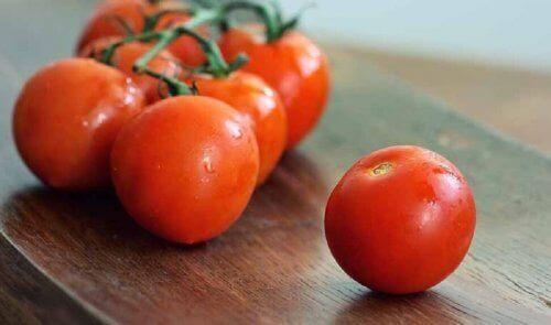 Pomodori sul tavolo