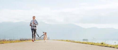 Donna che corre con il suo animale