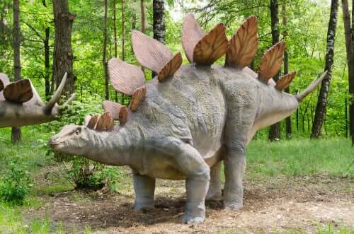 modello di stegosauro in un bosco
